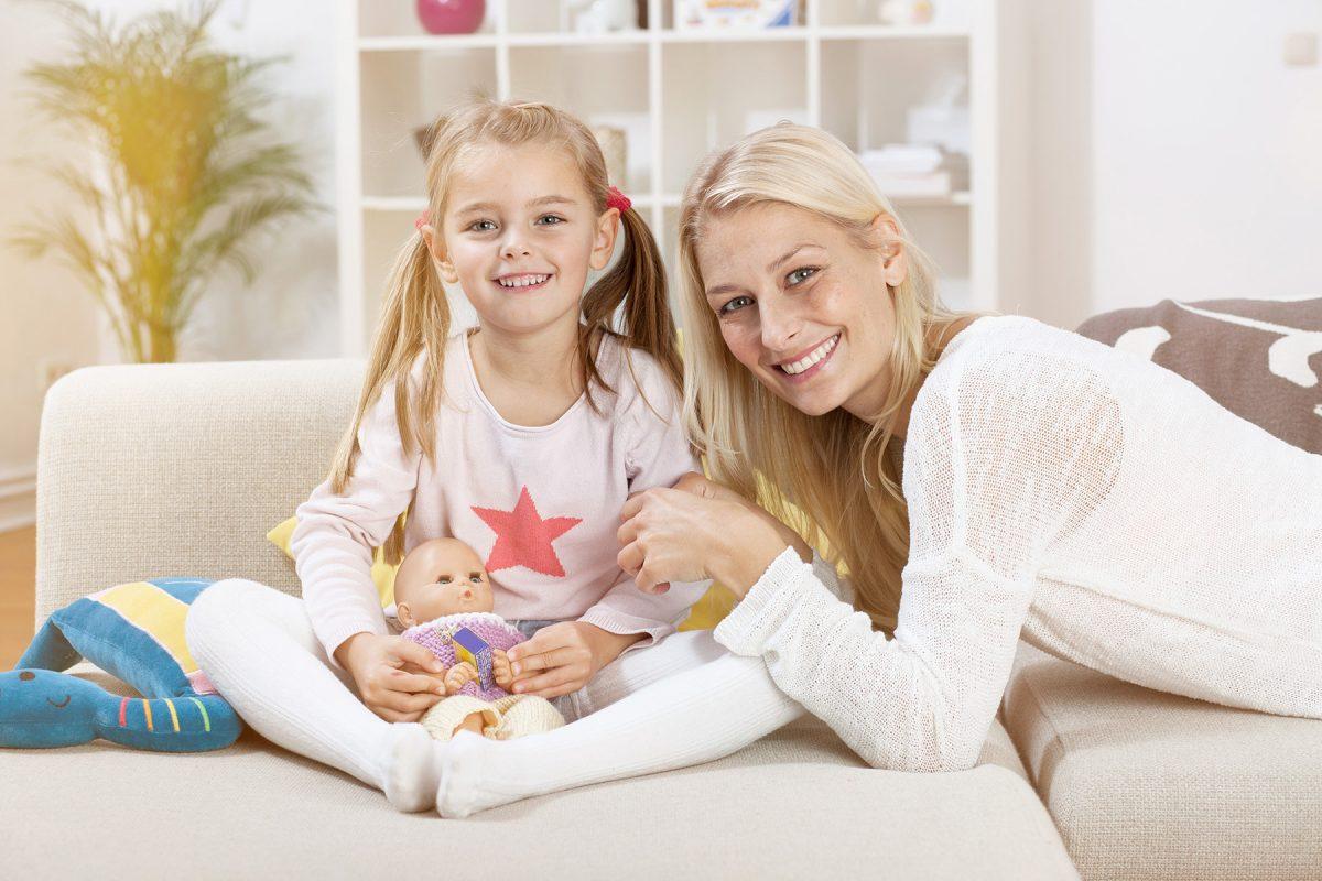 Tochter hält Puppe